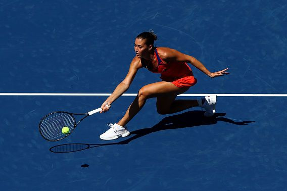 De Italiaanse Flavia Pennetta slaat een forehand tijdens de wedstrijd tegen haar eveneens Italiaanse collega Roberta Vinci tijdens de tiende dag van de US Open. Pennetta bereikte voor het eerst in haar loopbaan de halve finale.