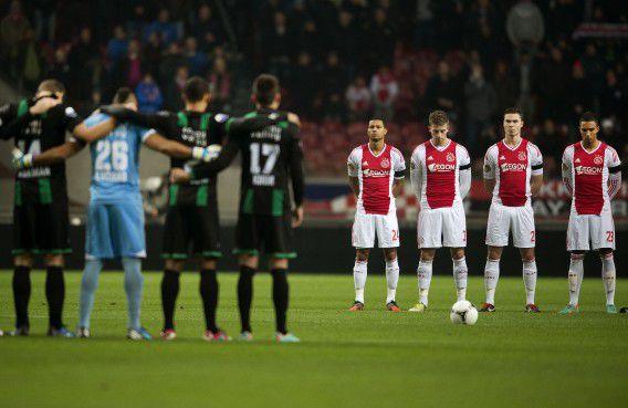 Voor de eredivisiewedstrijd Ajax tegen FC Groningen wordt een minuut stilte gehouden in verband met het overlijden van grensrechter Richard van Nieuwenhuizen bij een vechtpartij. Naar aanleiding van zijn dood is de discussie over de aanpak van voetbalgeweld weer opgelaaid. Foto ANP / Olaf Kraak