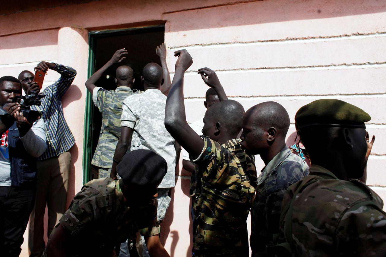 Zuid-Soedanese militairen die mede-verantwoordelijk waren voor een aanval op een hotel komen donderdag aan bij de rechtbank in Juba.