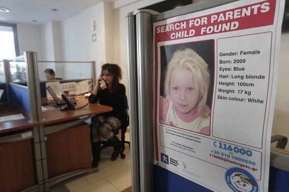 Een poster van het meisje Maria hangt in het kantoor van Smile of the Child. De Griekse politie heeft Interpol gevraagd te helpen bij de opsporing van de ouders. Vermoedelijk komen die uit Noord- of Oost-Europa.