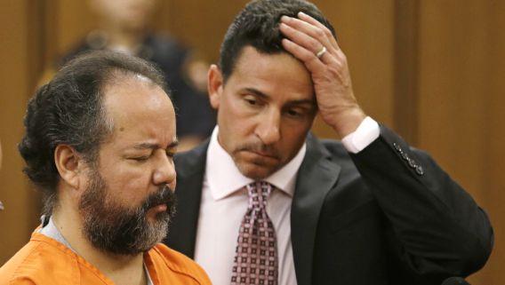 Ariel Castro, die verdacht wordt van het kidnappen en verkrachten van drie vrouwen in Cleveland, Ohio, staat naast zijn advocaat Craig Weintraub. Castro heeft vandaag gezegd dat hij onschuldig is.