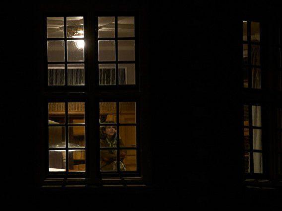 Minister Edith Schippers aan de telefoon tijdens het crisisoverleg in het Torentje naar aanleiding van het terugsturen van de nieuwe zorgpolis door de Eerste Kamer.