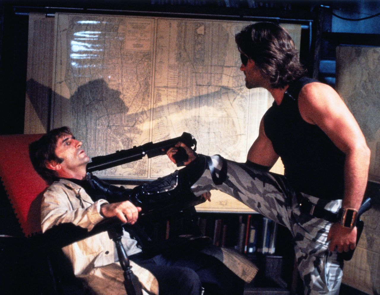 Kurt Russell heeft overtuigende argumenten om hem z'n zin te geven Escape From New York (1981) Pers: Harry Dean Stanton, Kurt Russell Dir: John Carpenter Ref: ESC005BH Photo Credit: [ Avco Embassy / The Kobal Collection ] Editorial use only related to cinema, television and personalities. Not for cover use, advertising or fictional works without specific prior agreement