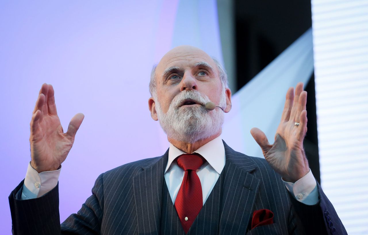 2013-12-04 00:00:00 epa03976359 Google's Vice President and one of the 'fathers of the Internet', Vinton 'Vint' G. Cerf, speaks during a lecture on 'Internet yesterday, today and tomorrow' at Warsaw University in Warsaw, Poland, 04 December 2013. The lecture was on how new technology is changing the world and what challenges they pose in the future. EPA/PAWEL SUPERNAK POLAND OUT