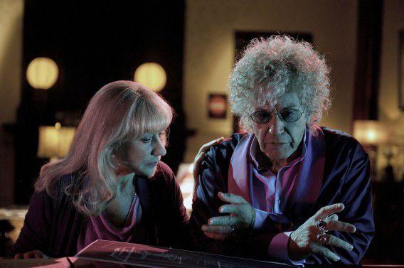 Al Pacino als producer Phil Spector naast zijn advocate Linda Kenney, gespeeld door Helen Mirren.