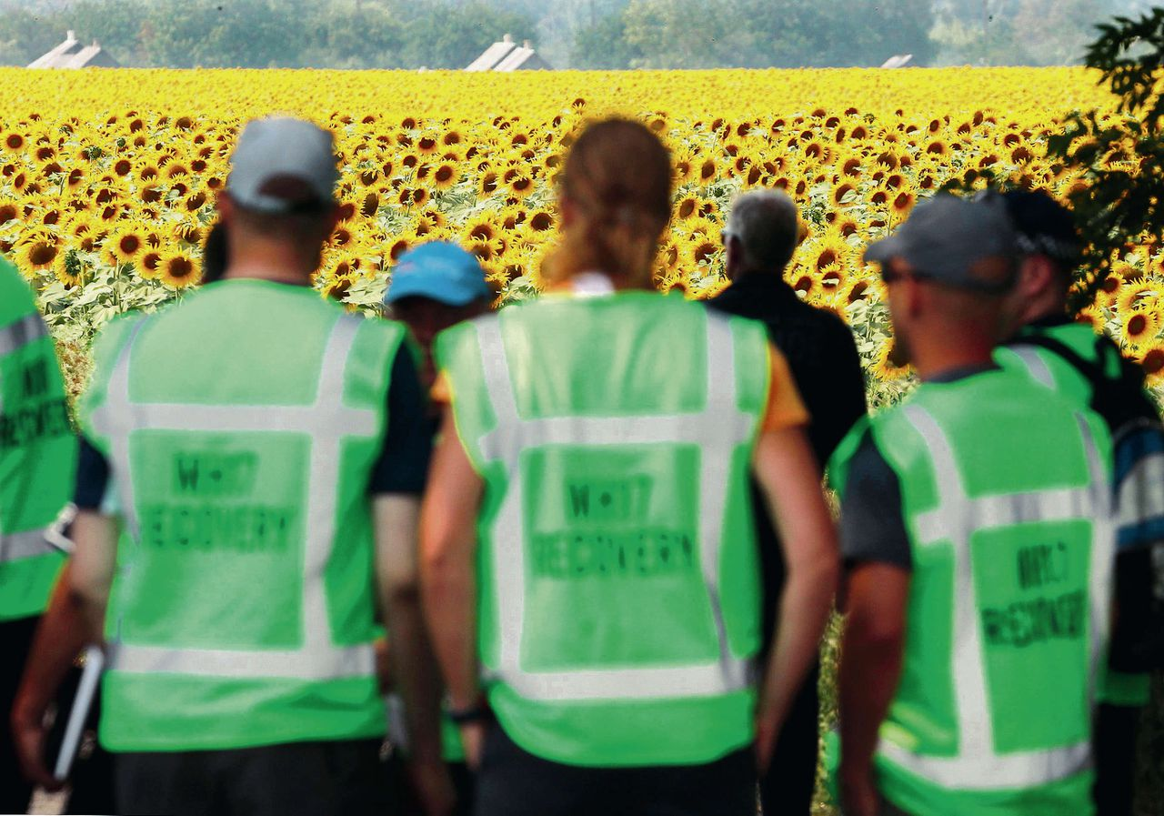 Nederlandse en Australische forensische experts op de rampplek in Oekraïne.