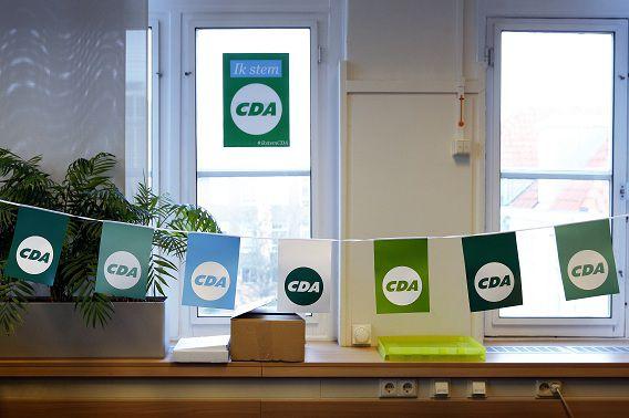 Vlaggetjes op het Haagse CDA-partijkantoor in aanloop naar de gemeenteraadsverkiezingen van 19 maart.