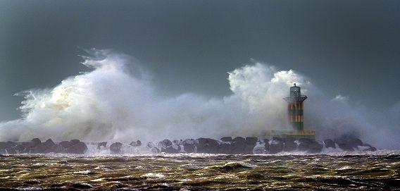 Ook in IJmuiden stormde het hard: de pier moest dicht omdat er windkracht elf is gemeten.