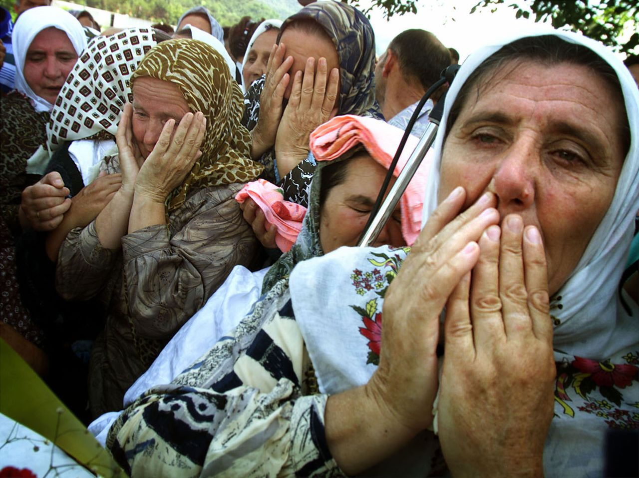 Bosnische vrouwen in 2005 in Potocari bij de begrafenis van een familielid, vermoord door Bosnische Serviërs na vertrek uit Srebrenica Foto Damir Sagolj/Reuters Bosnian Muslim women cry as they gather around a foundation stone for a memorial centre in Potocari, in the wartime U.N. protected enclave of Srebrenica July 11, 2001. Thousands of Bosnian Muslims returned to the site of the Srebrenica massacre to launch a memorial on the sixth anniversary of what is seen as the worst Europe's war crime since the World War Two. DS/CRB