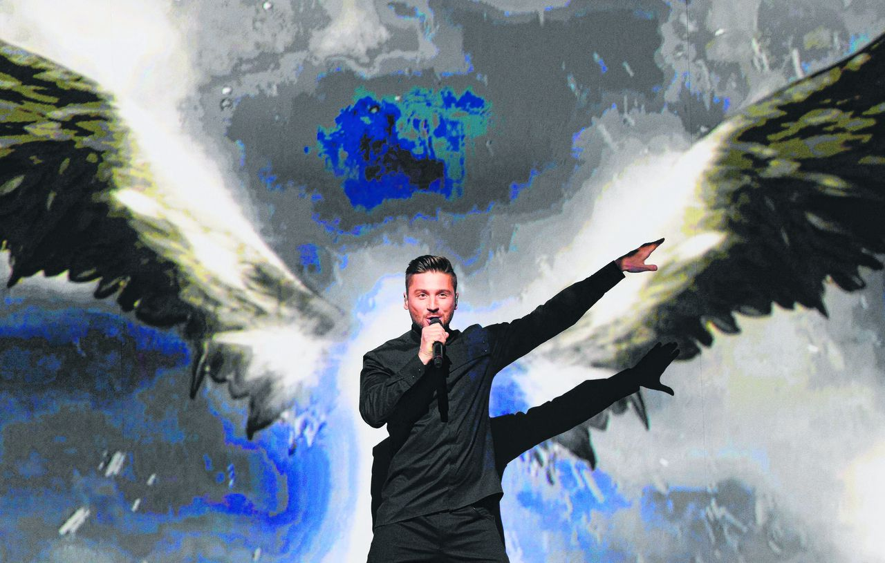 "Rusland Sergey Lazarev is veruit favoriet met You Are The Only One. Vernuftige videoprojecties, minder vernuftige tekst: ""Thunder and lighting/ It's getting exciting."" Tijdens een persconferentie zei hij dat, mocht hij winnen, homoseksuele festivalfans veilig zullen zijn in Rusland. Bovendien: ""De komst van het festival zal een grote steun zijn voor de homogemeenschap in Rusland."""