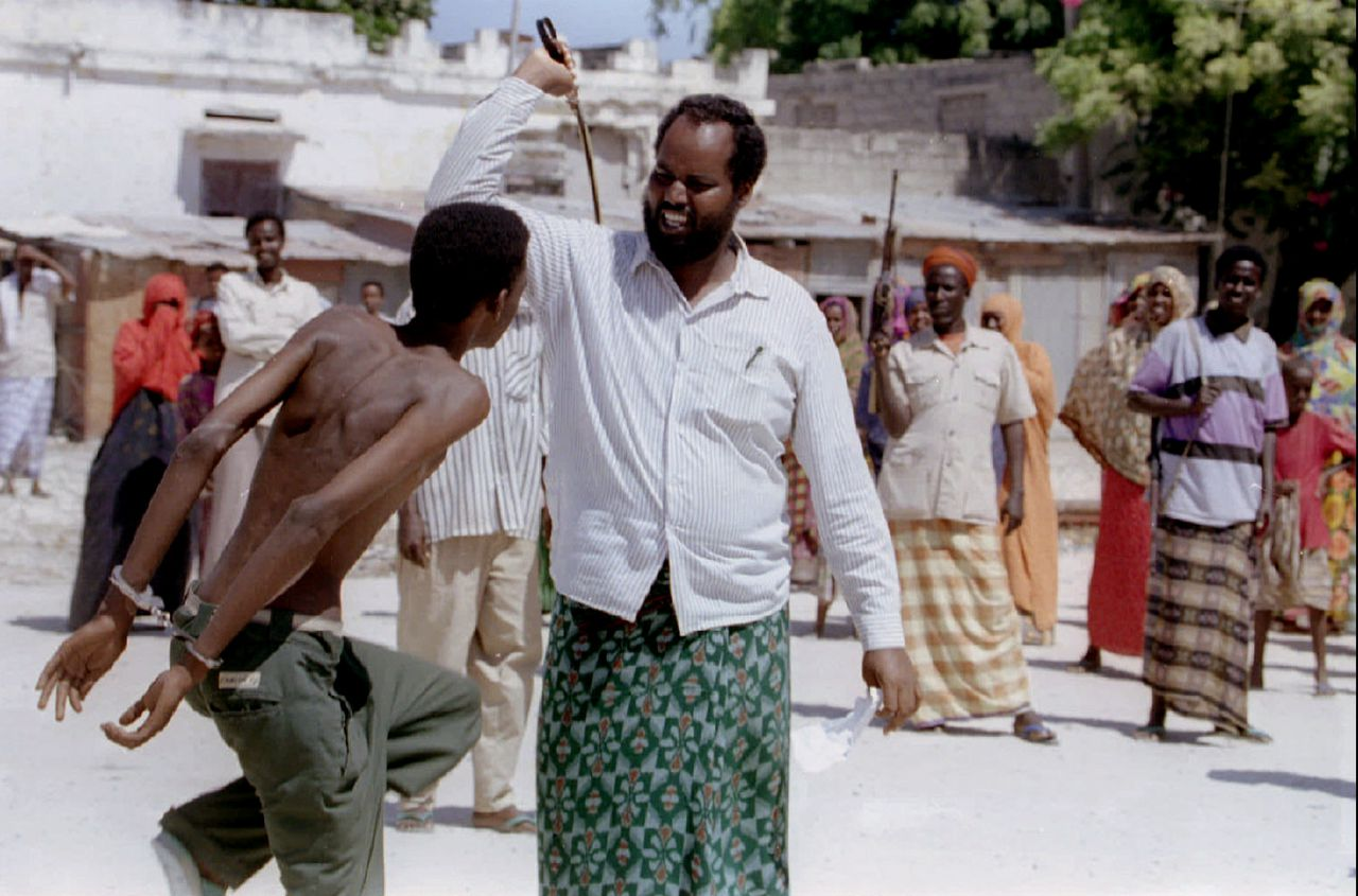 In de Somalische hoofdstad Mogadishu krijgt een man in het openbaar veertig zweepslagen, omdat hij alcohol gedronken heeft. De shari'a wordt in islamitische landen heel verschillend geïnterpreteerd. Foto Reuters A man accused in the Northern Mogadishu Sharia court of drinking is given 40 lashes by a judge Jan l5 while passersby look on. Sharia law, implemented in certain parts of Mogadishu, has served to bring down levels of lawlessness in a country which collapsed into anarchy four years ago