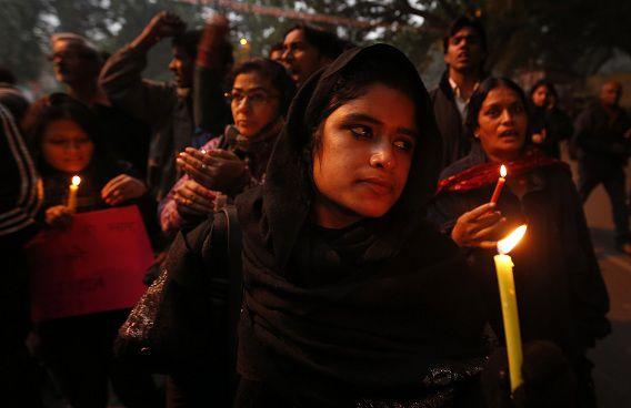 Mensen brandden kaarsjes voor de 23-jarige studente die het slachtoffer werd van een groepsverkrachting. Ze overleed vandaag in het ziekenhuis.