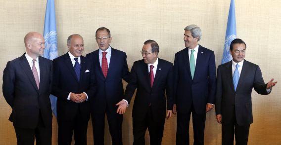 De vijf machtige heren van de Veiligheidsraad met als tweede van links Laurent Fabius en van rechts naar links Wang Yi (China), John Kerry (VS) en secretaris-generaal van de VN, Ban Ki-moon.