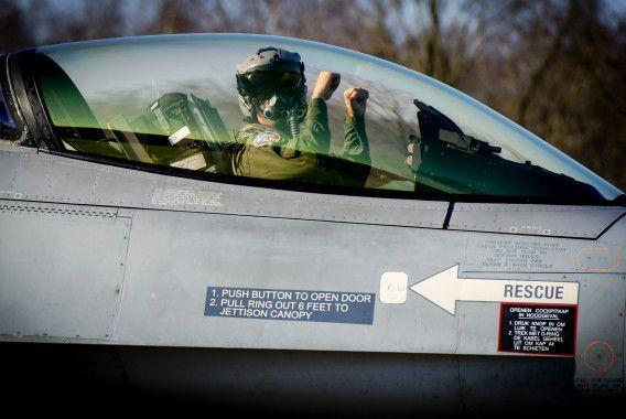 Een oefening met F-16's op vliegbasis Volkel. Nederland zou nu ook straaljagers willen sturen als bijdrage aan de 'coalitie van bereidwilligen' om IS te bestrijden.