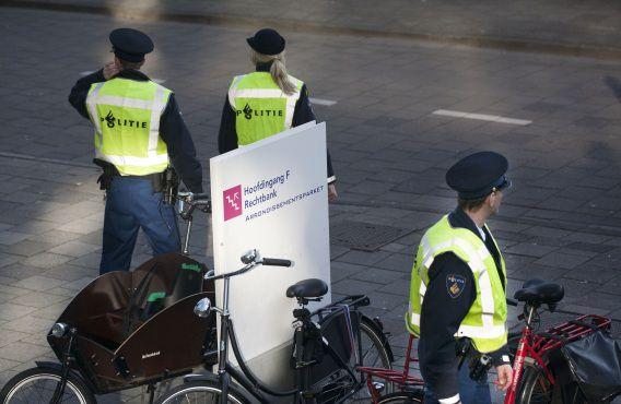 Amsterdam 12-03-2012 Politiebewaking bij het proces tegen Robert M. en Richard van O. Foto NRC H'Blad Maurice Boyer