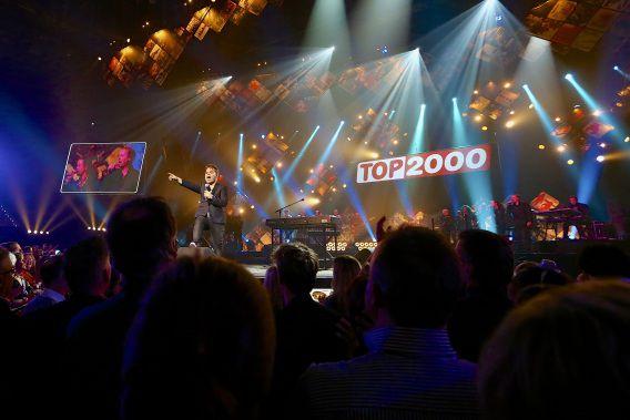 VanVelzen tijdens het Top 2000 Sing Along concert in Ahoy.