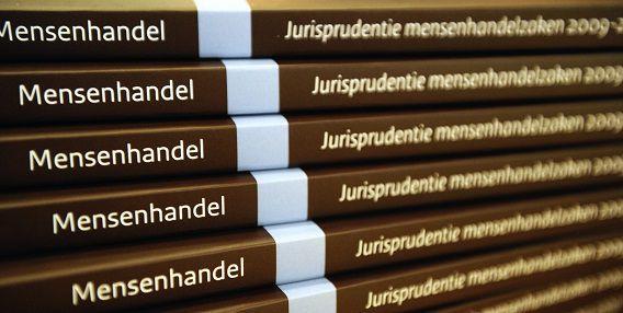 Exemplaren van het onderzoek van Corinne Dettmeijer, de Nationaal Rapporteur Mensenhandel en Seksueel Geweld tegen Kinderen.