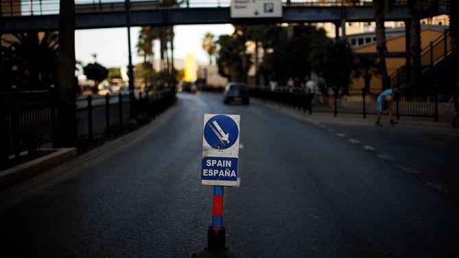 De weg op het Britse Gibraltar die leidt naar de grensovergang met Spanje.