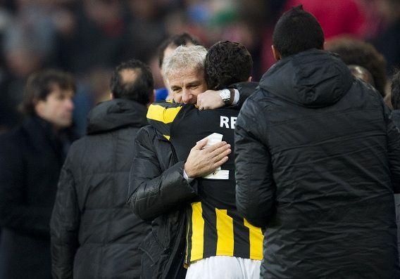 PSV verliest in de eredivisie met 2-1 van Vitesse. Coach Fred Rutten en Jonathan Reis vieren de overwinning op PSV.
