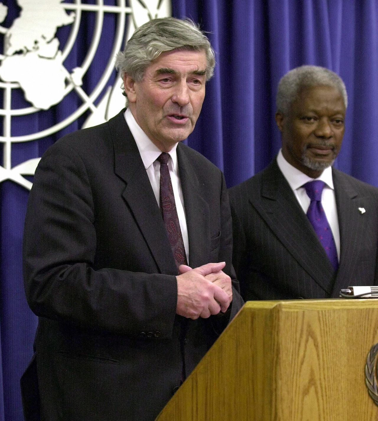 Former Dutch Prime Minister Ruud Lubbers (L) answers a question at a news conference after United Nations Secretary General Kofi Annan (R) introduced him as the new UN High Commissioner for Refugees at the UN 25 October, 2000. AFP PHOTO Henny Ray ABRAMS