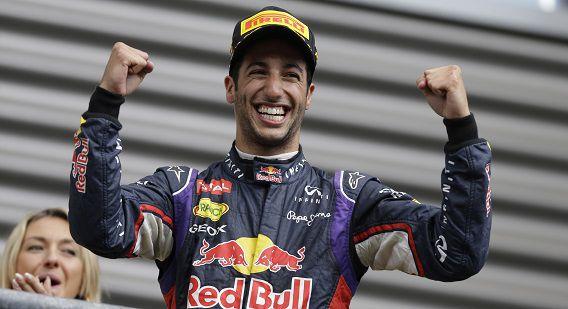 De Australische Daniel Ricciardo van Red Bull op het podium na zijn overwinning.