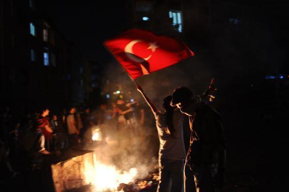 Een meisje zwaait met de Turkse vlag tijdens demonstraties gisteravond in Istanbul.