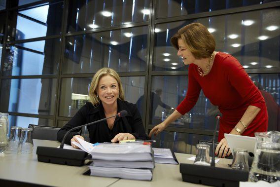 Minister Hennis Plasschaert in gesprek met PvdA Kamerlid Angelien Eijsink bij hervatting van de vergadering na de eerste schorsing.