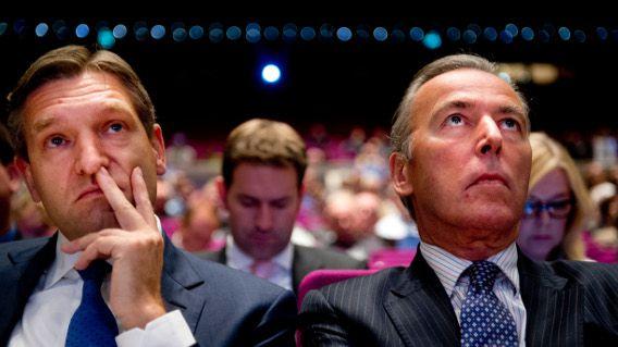 Elco Brinkman (R) met fractieleider Sybrand van Haersma Buma, hier tijdens het CDA-congres vorig jaar over de nederlaag bij de laatste verkiezingen, lijken met het CDA dwars voor de kabinetsplannen te gaan liggen.
