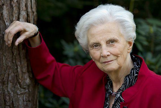 Voormalig minister Els Borst in haar tuin in Bilthoven.