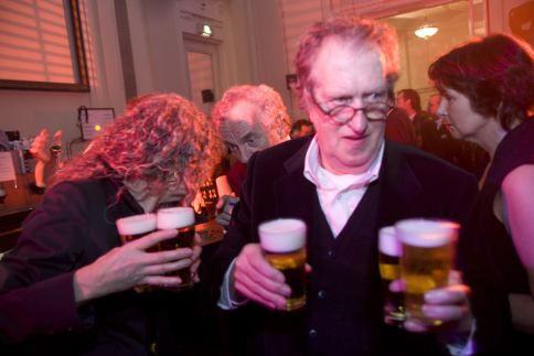 """Gerrit Komrij op het """"Het Uitgelaten Boekenbal 2009 """" in de Stadsschouwburg Amsterdam. foto VINCENT MENTZEL/NRCH==F/C==Nederland. Amsterdam, 10 maart 2009"""