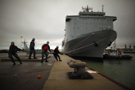 Het Amerikaanse marineschip MV Cape Ray ligt nu nog aan de kade in Spanje, maar moet binnenkort op zee de gevaarlijkste chemische wapens uit Syrië vernietigen. Als het materiaal op tijd wordt aangeleverd.