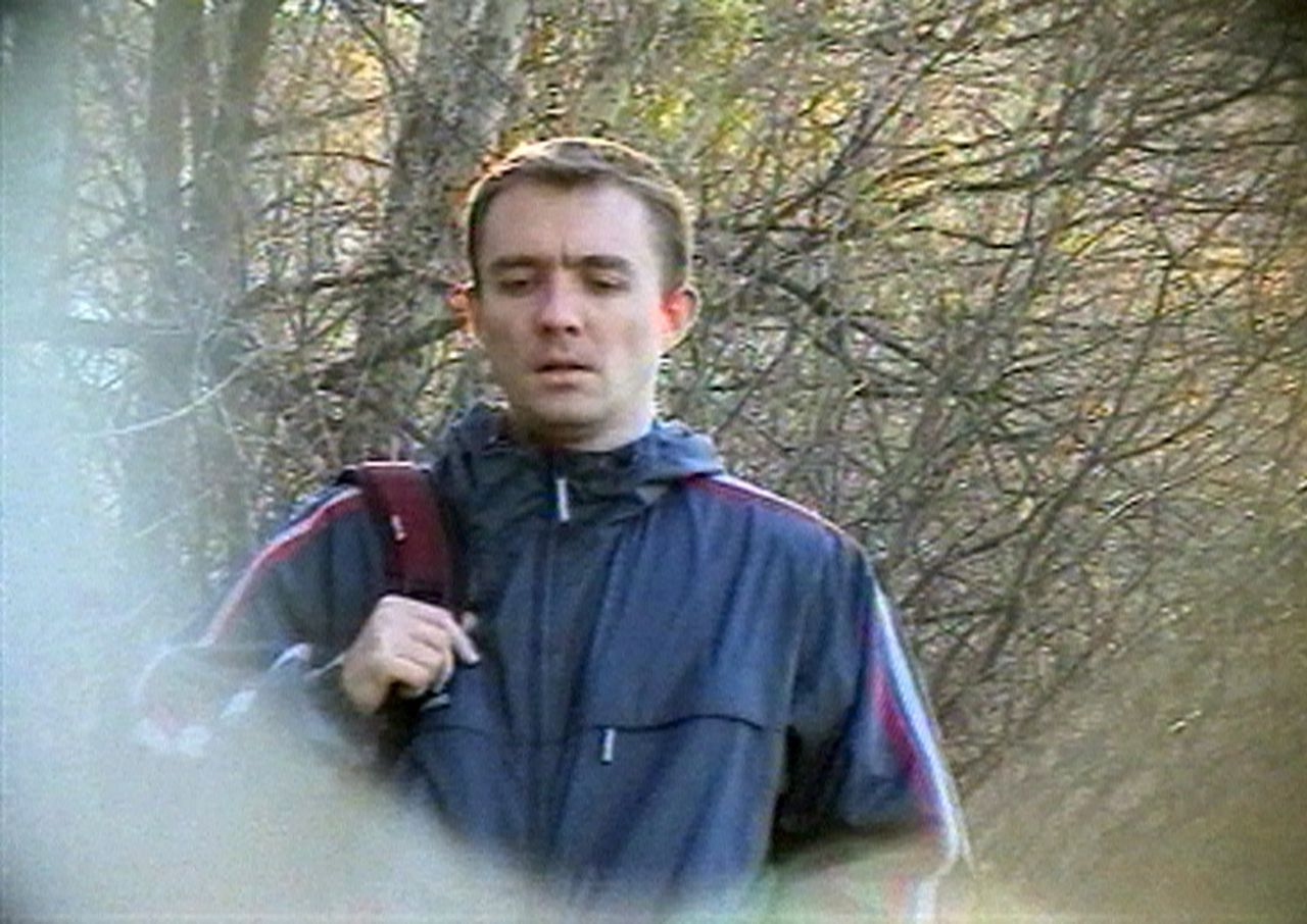 Vermeende Britse spion in park in Moskou. (Foto AP) A young man, allegedly a British embassy staff member, makes his way toward electronic equipment concealed in a rock, to receive intelligence information provided by Russian agents, in a park outside Moscow in this image from television documentary shown on Rossiya television on Sunday, Jan. 22, 2006. Russia's main intelligence agency said Monday that it had uncovered spying activities by four British diplomats. The announcement came one day after Russian state-run television broadcast footage allegedly showing British diplomats engaged in undercover espionage activities in Moscow last year. (AP Photo/RTR Russian Channel) ** IMAGE FROM TV TV OUT **
