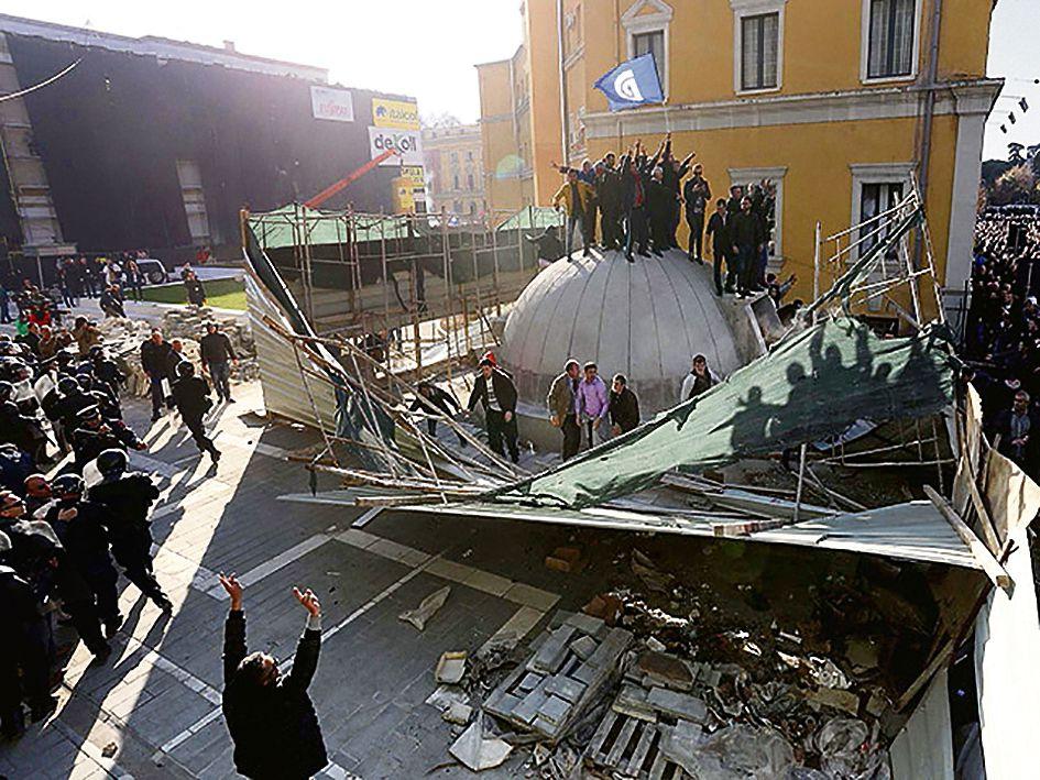 Demonstranten vernielen de bunker die premier Edi Rama liet bouwen in Tirana.
