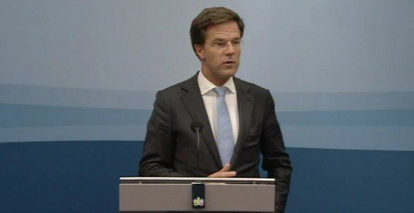 Rutte tijdens een wekelijkse persconferentie. Screenshot NOS Politiek24