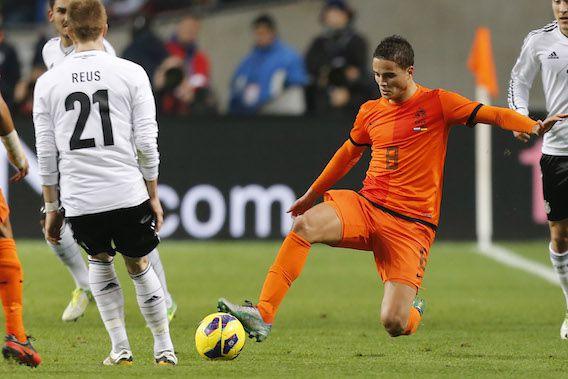 Ibrahim Afellay in duel met Marco Reus van Duitsland (foto uit 2012).