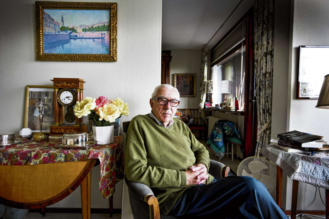 Mr. J.L. Heldring in zijn huiskamer in Den Haag, in 2008.