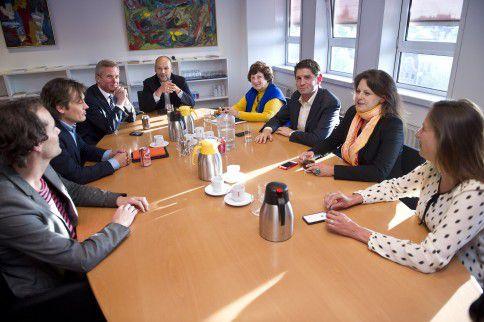 De Amsterdamse fractievoorzitters (vlnr): Laurens Ivens (SP), Johnas van Lammeren (PvdD), Eric van der Burg (VVD), Rutger Groot-Wassink (GroenLinks), Wil van Soest (Partij van de Ouderen), Jan Paternotte (D66), Marijke Shahsavari-Jansen (CDA) en Marjolein Moorman (PvdA).