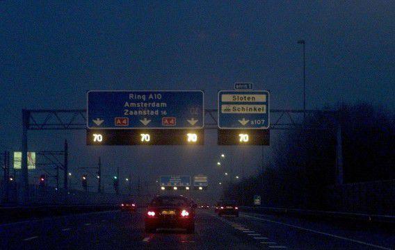 Amsterdam/27122000. Mist, ijzel en sneeuw: weggebruikers in Nederland hadden en hebben woensdag te maken met winterse omstandigheden. Op de a4 bij Amsterdam wordt het verkeer geadviseerd om langzamer te rijden. ANP-Foto Cor Mulder.
