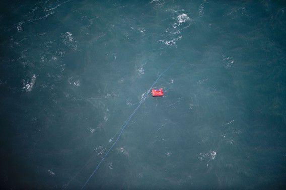 Een rood reddingsvlot op de plek waar de Baltic Ace zonk. Een deel van de bemanning wist zich op het vlot in veiligheid te brengen. Elf bemanningsleden overleefden het ongeluk niet.