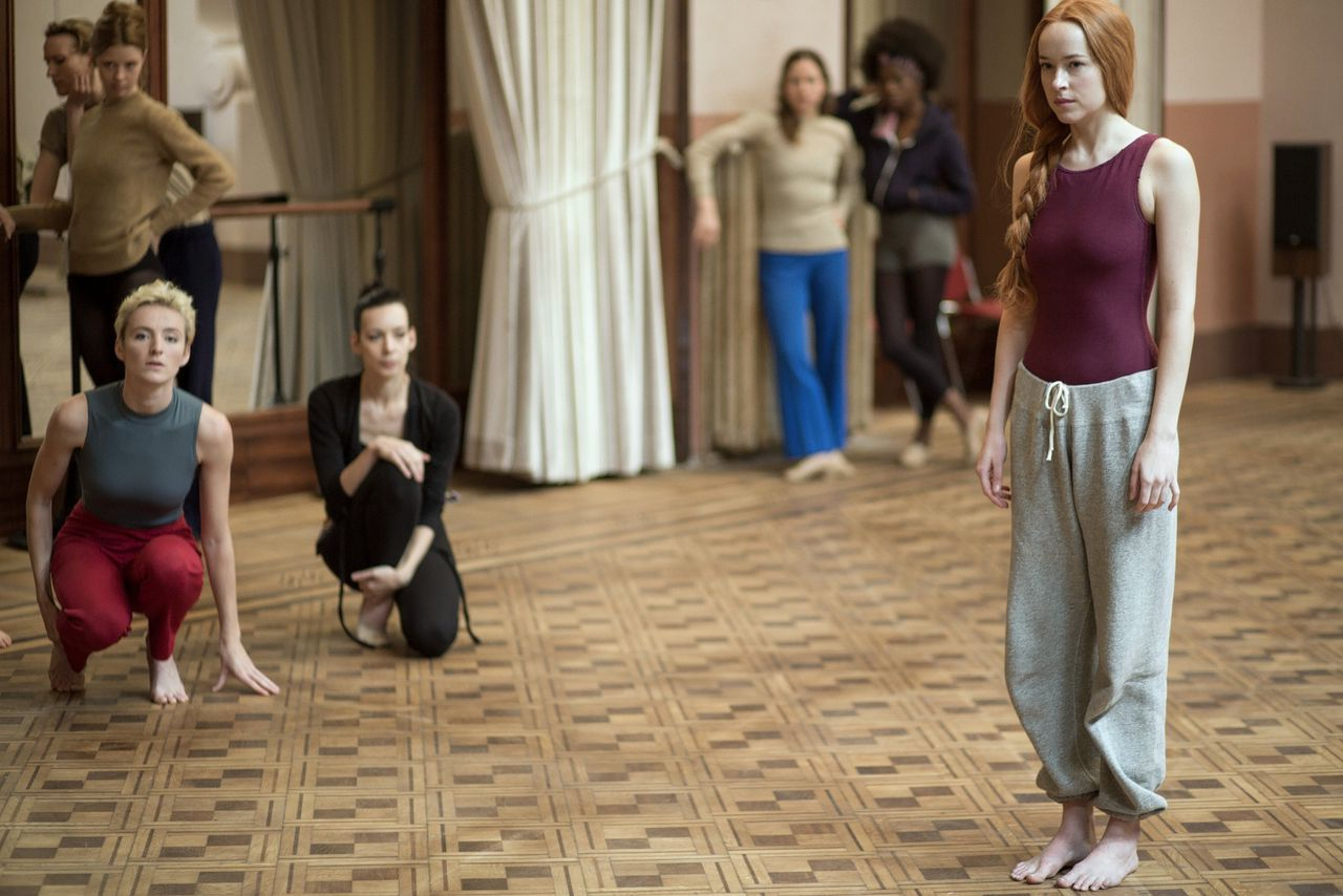Susie Bannion (Dakota Johnson, rechts) is de betoverende nieuwkomer in het damesinternaat voor moderne dans van madame Blanc in 'Suspiria'.