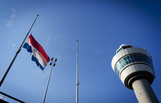 De vlag hangt halfstok bij de verkeerstoren op Schiphol op de nationale dag van de rouw.