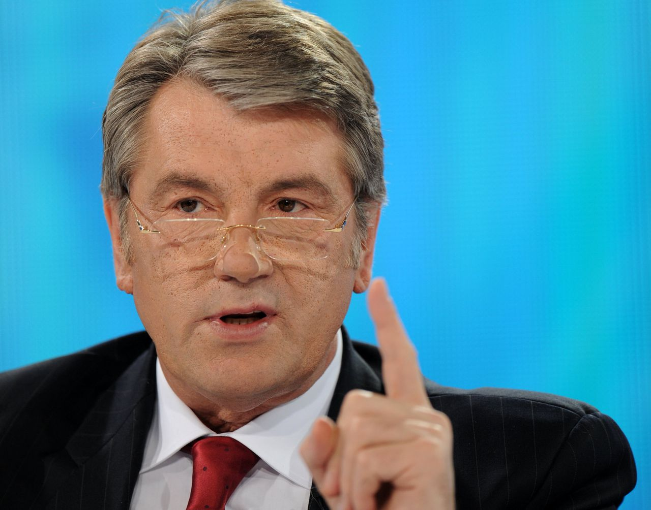 Viktor Joesjtsjenko hekelt euroscepsis in het 'oude Europa' (Foto AFP.) President of Ukraine Viktor Yushchenko listens to a journalist's question during his press conference in Kiev on April 22, 2009. At the beginning of April, the Ukrainian parliament decided to hold the presidential election on October 25, a move that was widely seen as a blow to Yushchenko, who had wanted to hold the vote in January 2010 and is awaiting a constitutional court decision over the date. The jockeying over elections comes as Ukraine has become one of the world's hardest-hit countries in the global economic crisis, as a drastic fall in the price of metals, Ukraine's main export, has led to thousands of lost jobs. AFP PHOTO/ SERGEI SUPINSKY