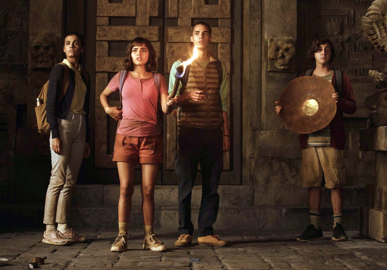 Sammy (Madeleine Madden), Dora (Isabela Moner), Diego (Jeff Wahlberg) en Randy (Nicholas Coombe) in 'Dora and the Lost City of Gold'.