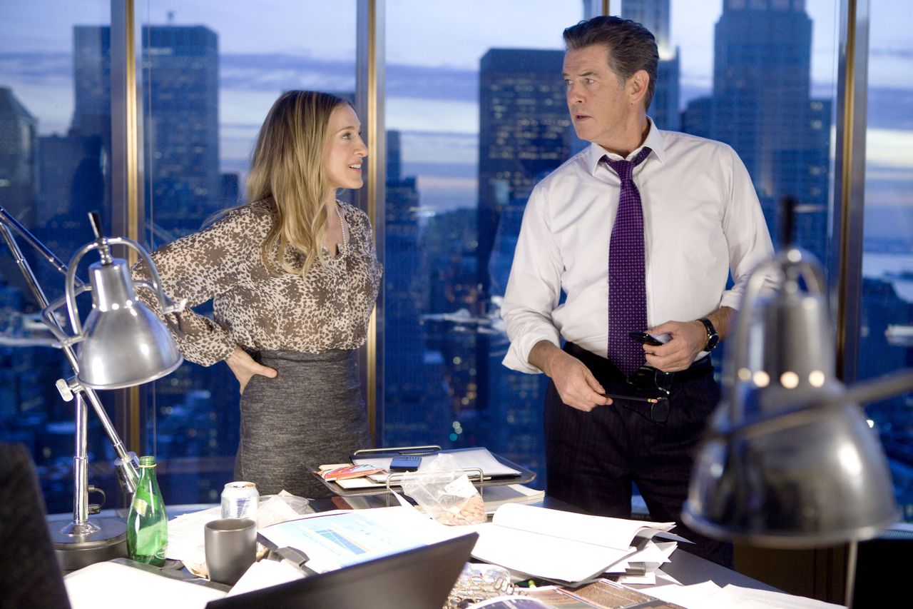 scene uit de film I Don't Know How She Does It (2011) FOTO: Paradiso SARAH JESSICA PARKER and PIERCE BROSNAN star in I DON'T KNOW HOW SHE DOES IT.