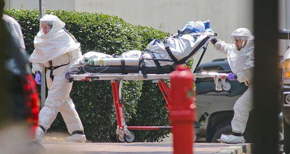 De met ebola besmette verpleegster Nancy Writebol wordt het Emory University Hospital in Atlanta binnengebracht. Ze liep het virus op tijdens haar werk in West-Afrika.