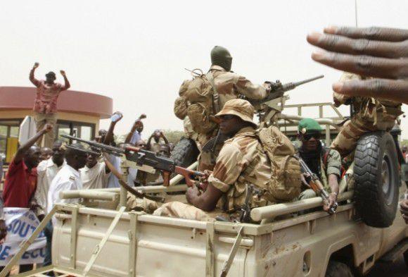 Coupaanhangers blokkeren zwaarbewapend het vliegveld van Bamako waar een vliegtuig met Ecowas-leiders tevergeefs probeerden te landen. Foto Reuters /Luc Gnago