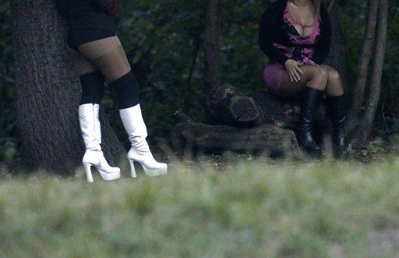 Prostituees wachten bij Bois de Boulogne in Parijs op klanten.
