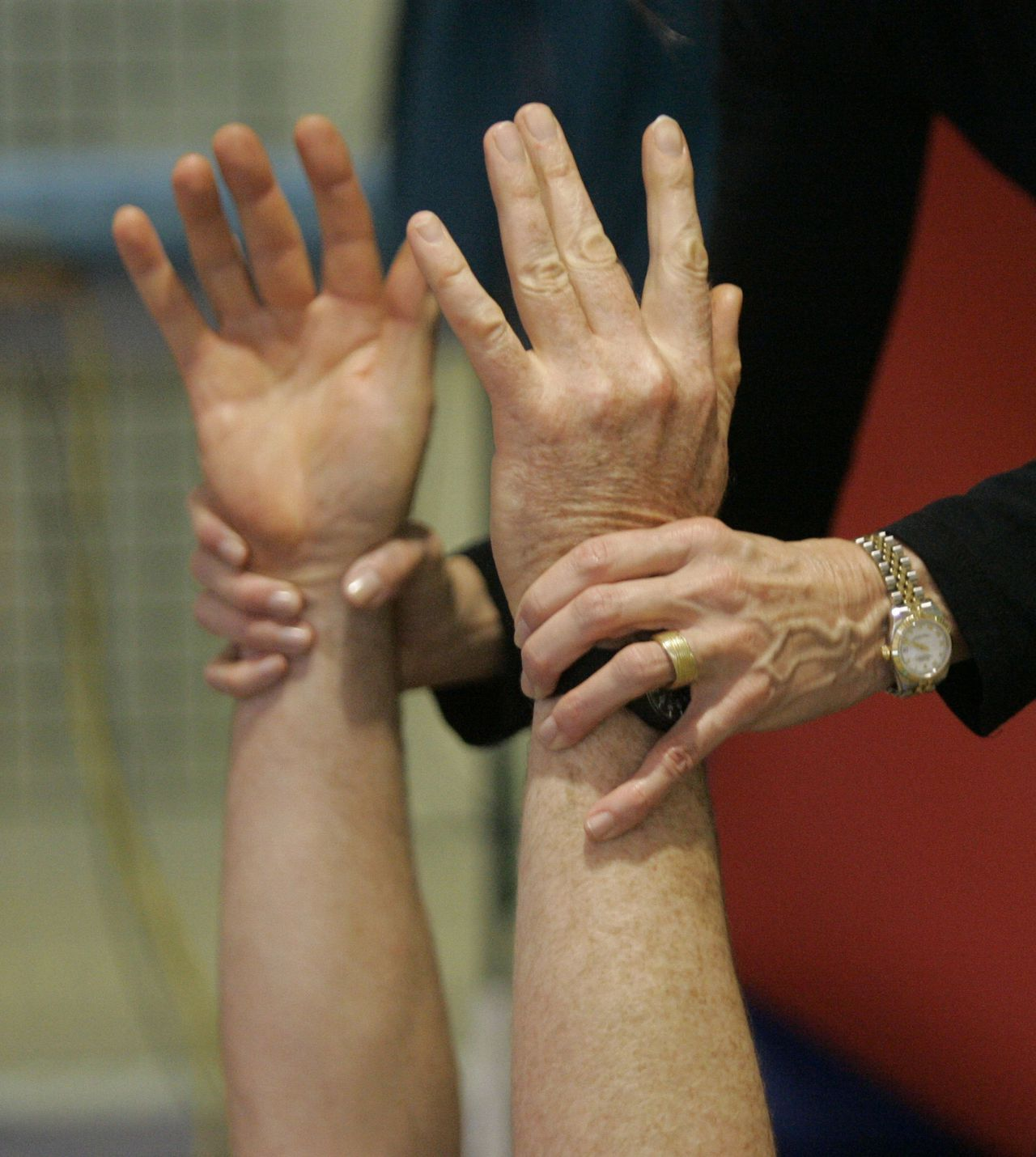 Parkinson-patiënt krijgt bewegingsinstructies tijdens een Pilates-therapie. Foto ap Pilates instructor Bettina Blank, 57, helps Jeffrey Owen, 56, during Pilates class at the Oregon Health and Science University in Portland, Ore., Wednesday, Nov. 22, 2006, in Portland, Ore. The movements in Pilates are controlled sometimes moving the body only inches. But those small motions are making a big difference to some people with Parkinson's disease. (AP Photo/Rick Bowmer)