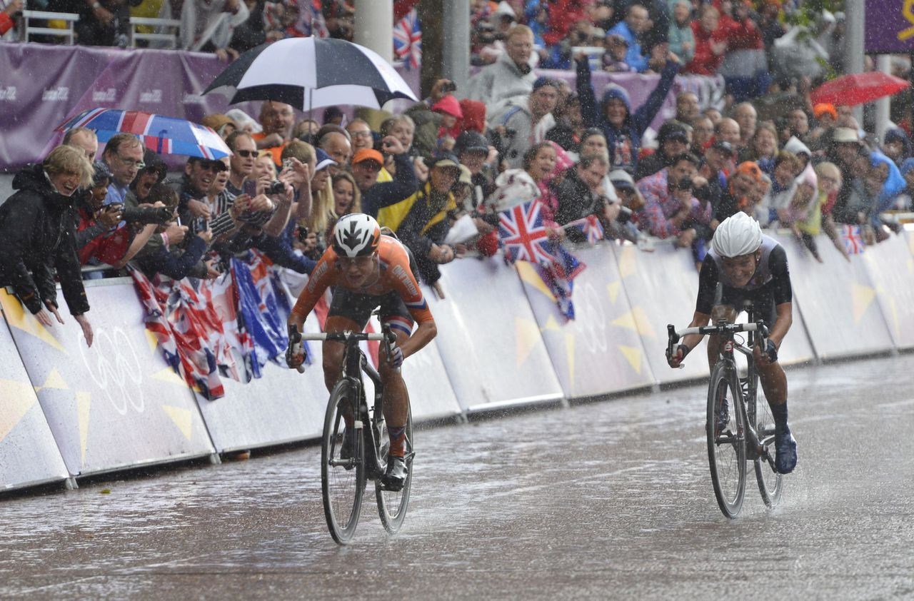 Marianne Vos of The Netherlands (C) sprints for the line to victory over Elizabeth Armitstead of Britain (R) at the conclusion of the women's cycling road race in London on July 29, 2012, during The 2012 London OIympic Games. AFP PHOTO / ODD ANDERSEN