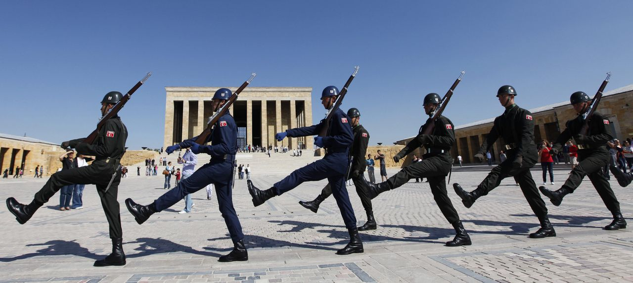 Turkish soldiers march during a changing of the guard ceremony at Anitkabir, the mausoleum of modern Turkey's founder Mustafa Kemal Ataturk, in Ankara October 8, 2011. REUTERS/Murad Sezer (TURKEY - Tags: POLITICS MILITARY)
